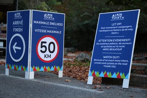 Verkeersborden ontworpen voor Alpentocht