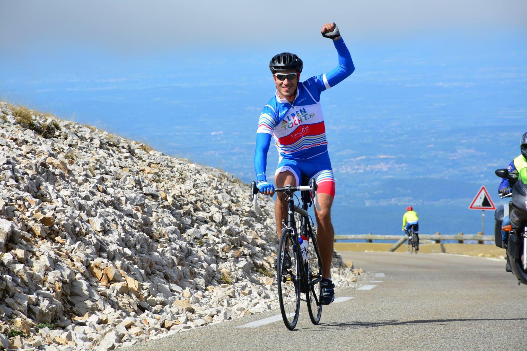 Deelnemer Alpentocht komt aan op top van op de Mont Ventoux