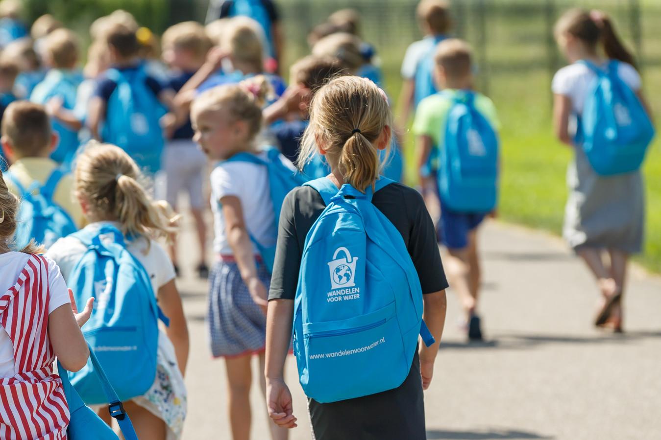 Leerlingen lopen met rugtas Wandelen voor Water